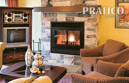 Un salon feutr et son foyer de pierre salon avant - Decoration foyer salon ...