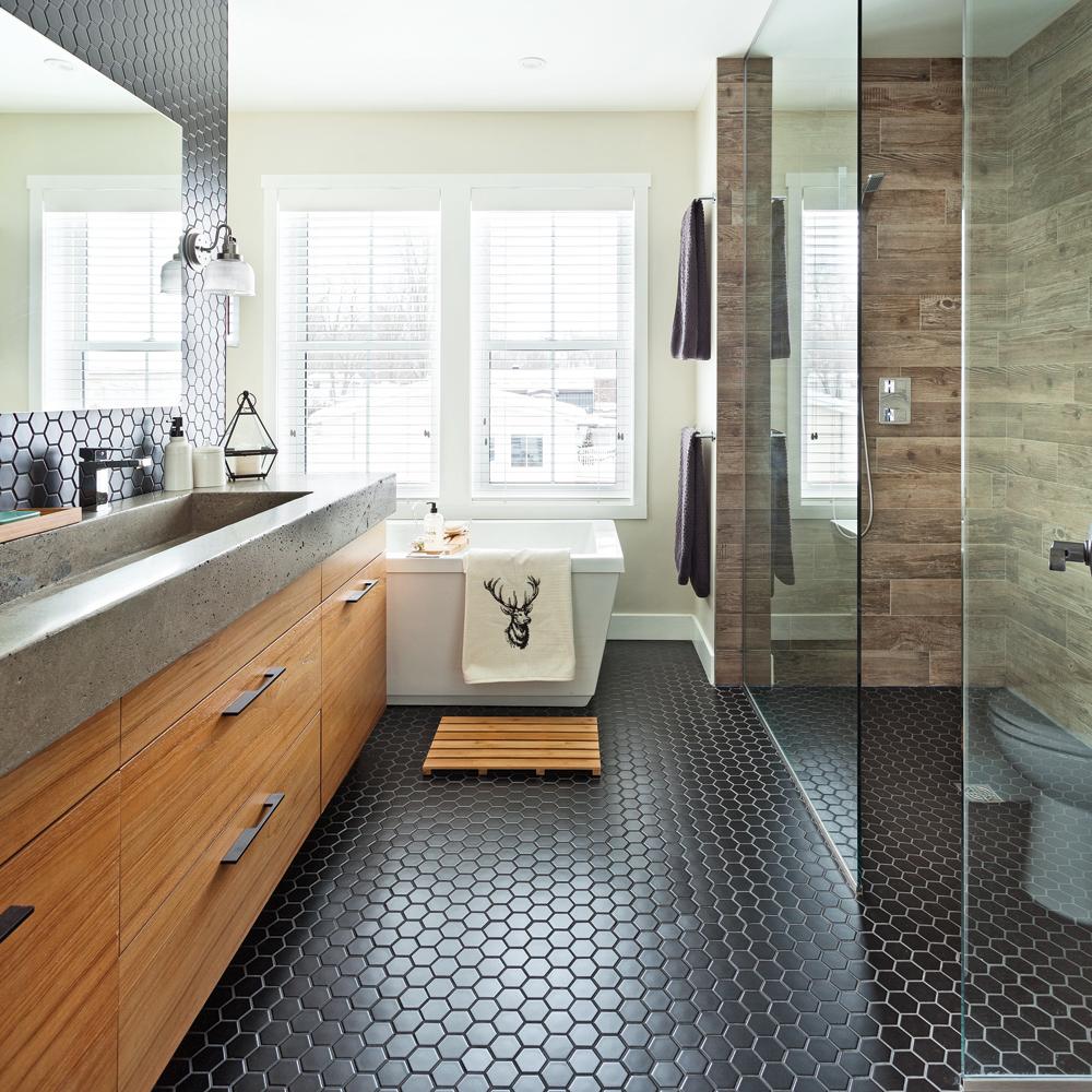 Heureux contrastes dans la salle de bain salle de bain for Video dans la salle de bain