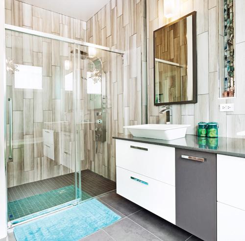 Chaleureuse combinaison dans la salle de bain salle de bain avant apr s - Mur de douche en bois ...