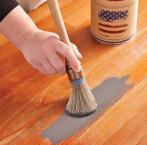 En tapes transformer une commode avec de la peinture en tapes d coration et r novation for Peinture plancher en bois