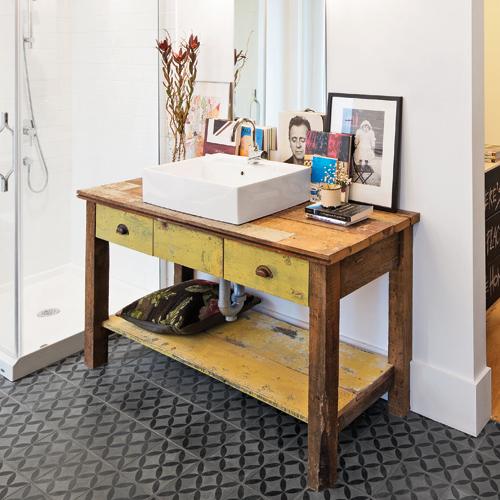 Meuble salle de bain recup des pots rcup cre un mur de rangement dans la salle de bain fix sur - Tabouret salle de bain bois ...