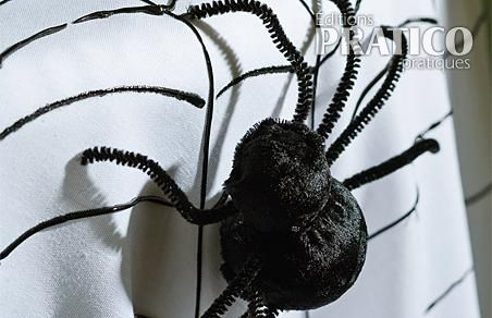 fabriquer des araign es g antes en tapes d coration. Black Bedroom Furniture Sets. Home Design Ideas