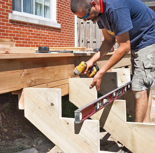 Fabriquer un escalier de patio en tapes jardinage et ext rieur pratico pratique - Limon escalier bois exterieur ...