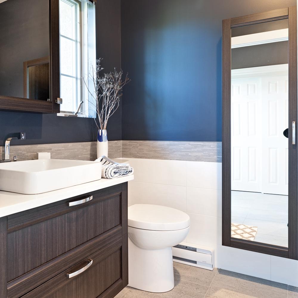 jeu de contrastes pour petite salle d 39 eau salle de bain inspirations d coration et. Black Bedroom Furniture Sets. Home Design Ideas