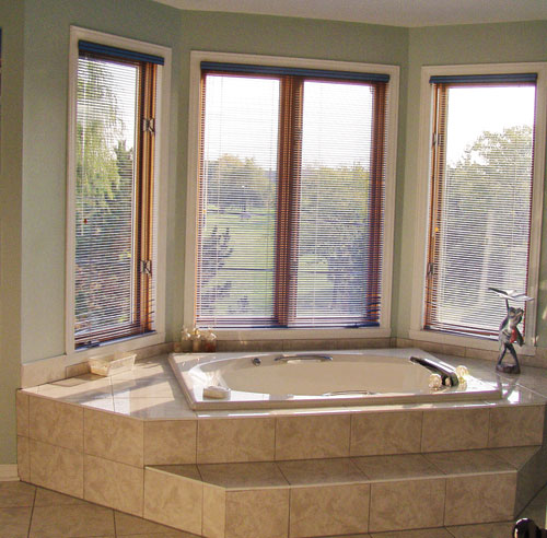 La salle de bain relooker avec les plaques aluminium - Relooker salle de bain ...