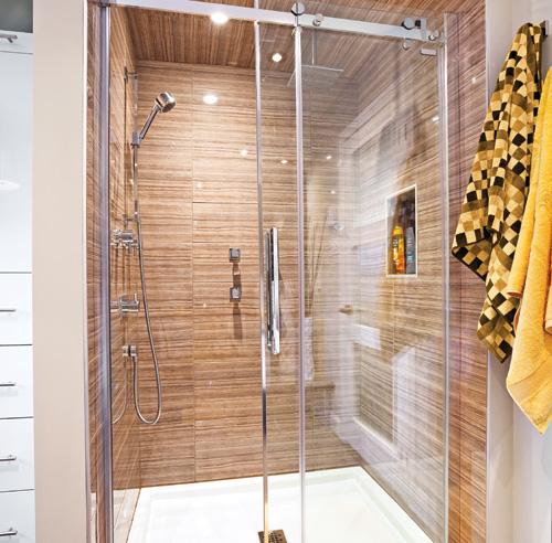 Rusticit moderne dans la salle de bain salle de bain - Mur de douche en bois ...