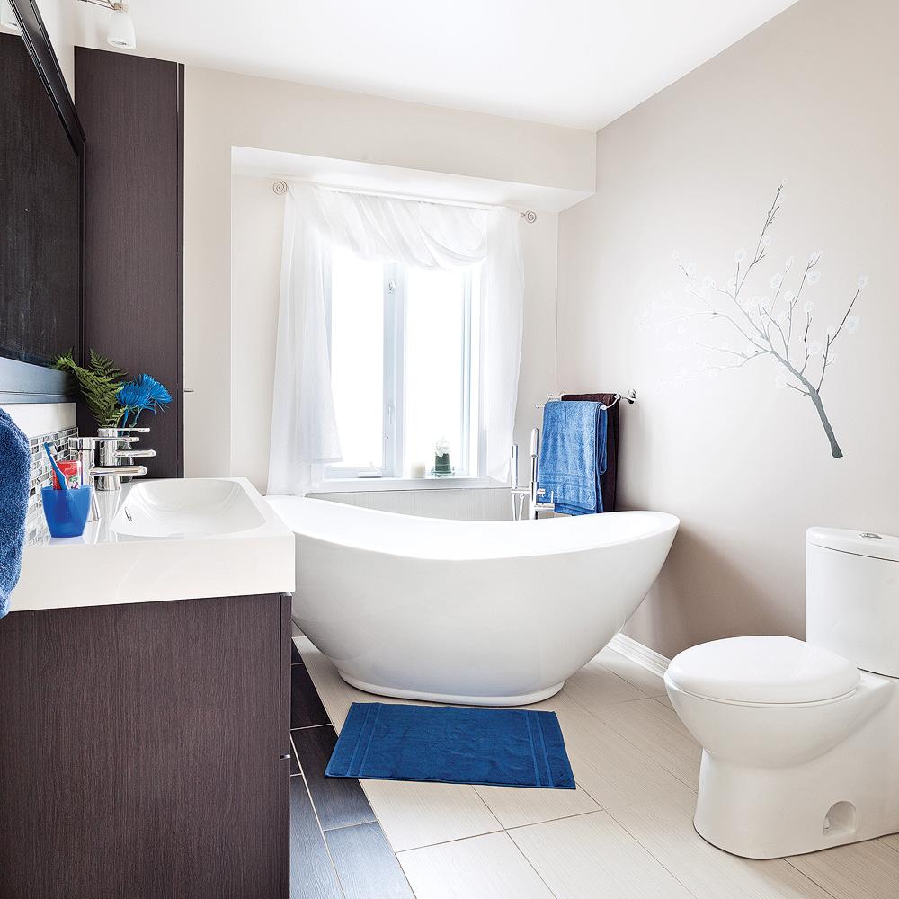 Salle de bain aux lignes actuelles salle de bain avant for Salle de bain pratique