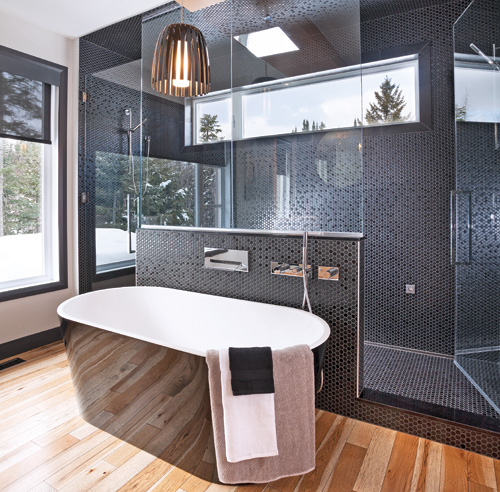 salle de bain noir glamour et bois intemporel salle de. Black Bedroom Furniture Sets. Home Design Ideas