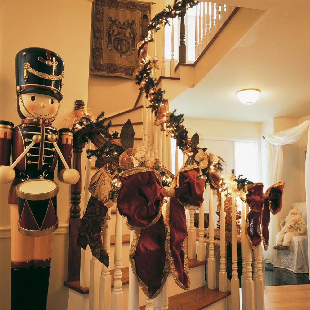 Un escalier illumin pour no l inspirations d coration et r novation pratico pratique - Decoration escalier noel ...