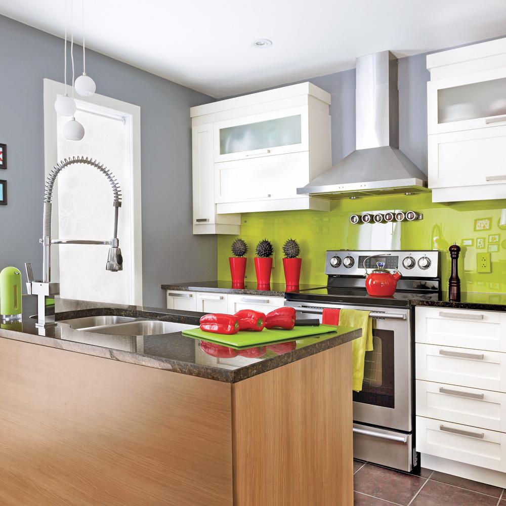 une cuisine r anim e cuisine avant apr s d coration et r novation pratico pratique. Black Bedroom Furniture Sets. Home Design Ideas