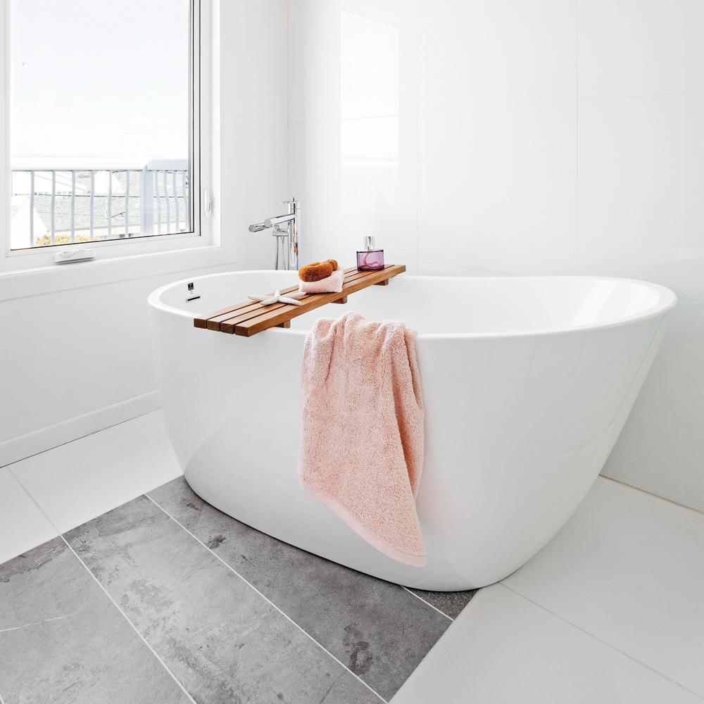 Une salle de bain de style h tel petit prix salle de - Decoration salle de bain petit budget ...