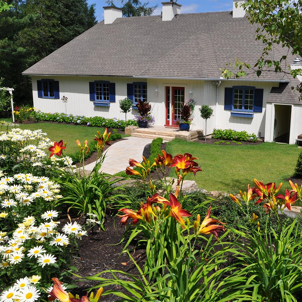 Campagne fleurie cour inspirations jardinage et for Exterieur maison campagne