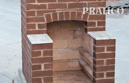 Four ext rieur en brique avec chemin e plans de travail for Pierre pour foyer exterieur