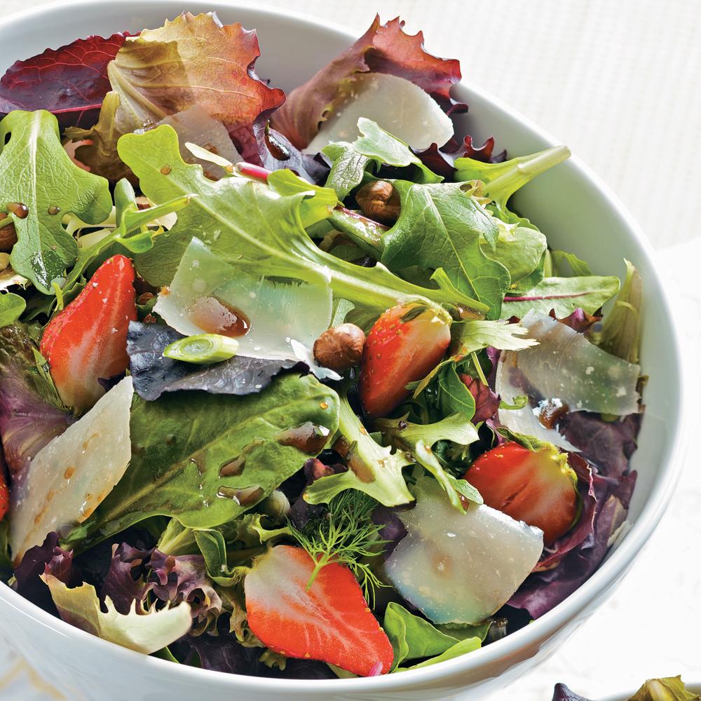 Salade de mesclun aux fraises et vinaigrette balsamique recettes cuisine et nutrition - Salade verte calorie ...