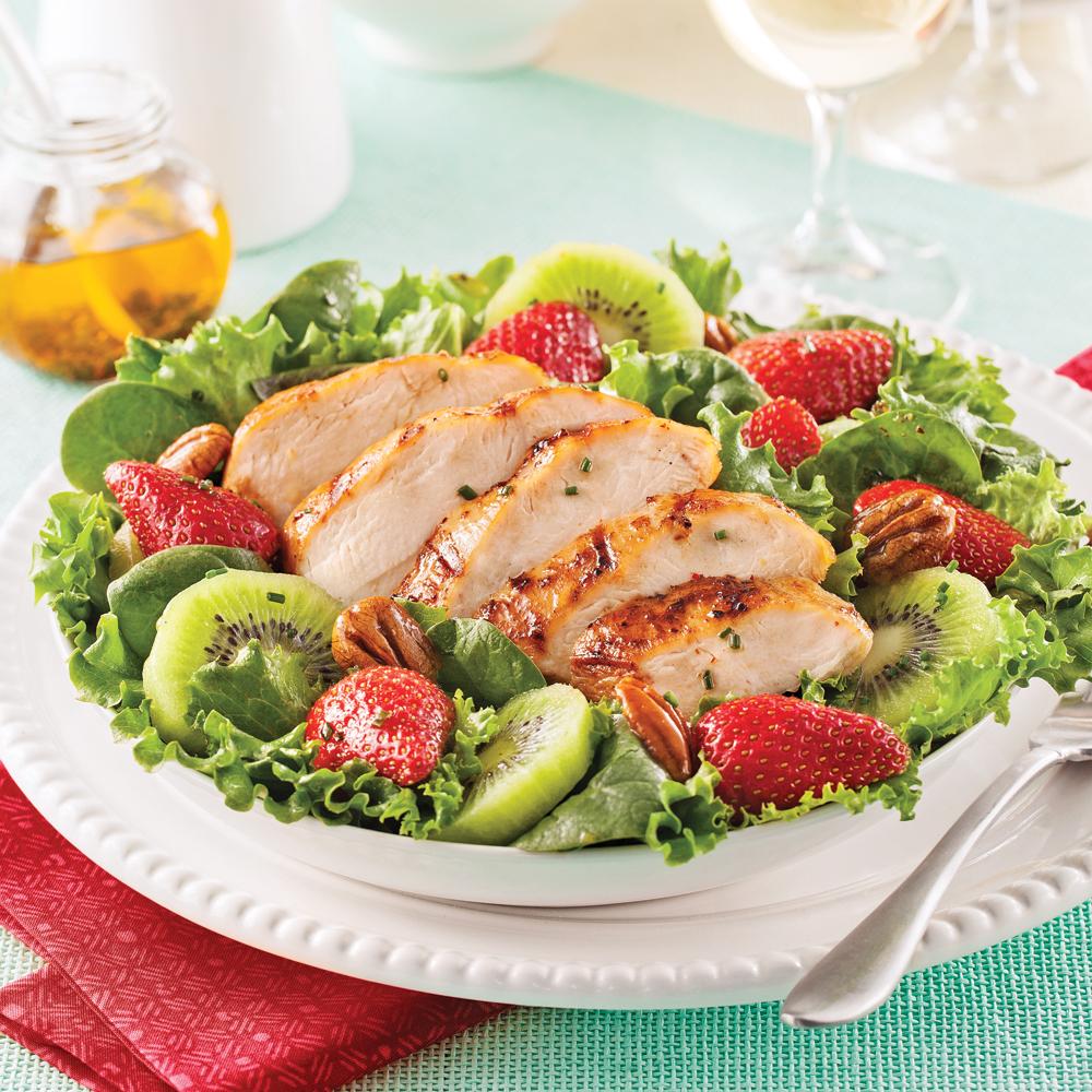 Salade repas au poulet grill fraises et kiwis recettes - Recette salade cesar au poulet grille ...